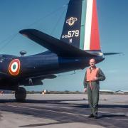 Jean Houben devant un B-26 N Invader de l'ECN 1/71