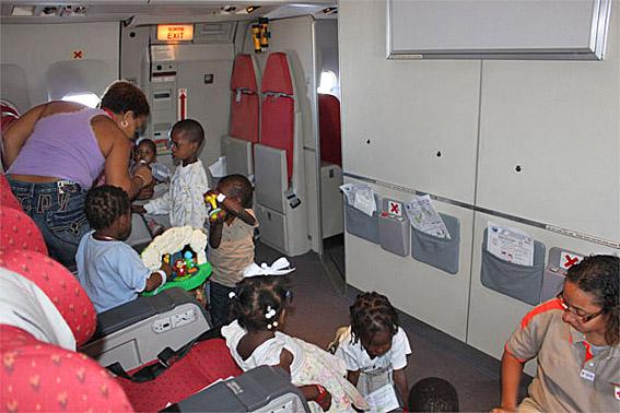 Enfants dans avion